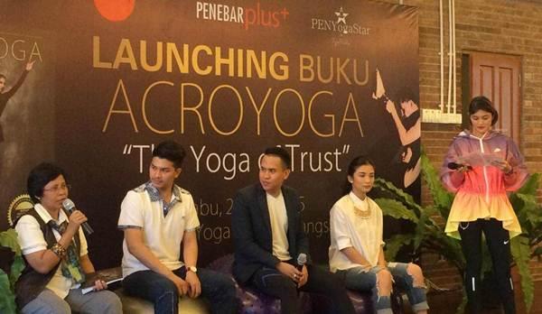 """Peluncuran Buku """"Acroyoga The Yoga of Trust"""" Sukses Digelar"""